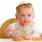 Дети должны играть с едой, утверждают ученые