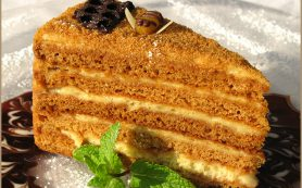 Медовый торт с кремом из черники