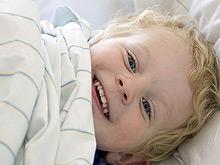 Родители, пускающие детей на ночь в свою кровать, оберегают отпрысков от ожирения