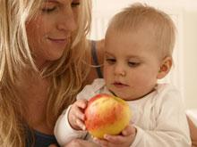 Подкармливание маленьких детей необработанными продуктами вызывает вопросы врачей