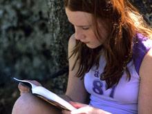 Плохо читающие девочки нередко рожают детей в подростковом возрасте