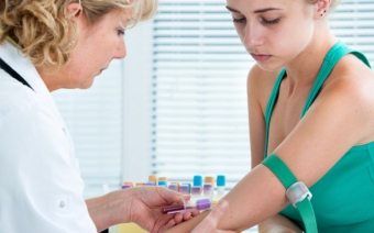 Можно ли сдавать кровь при месячных, какие есть противопоказания?