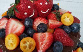 Почему торт на День рождения должен быть с фруктами и свежей ягодой?