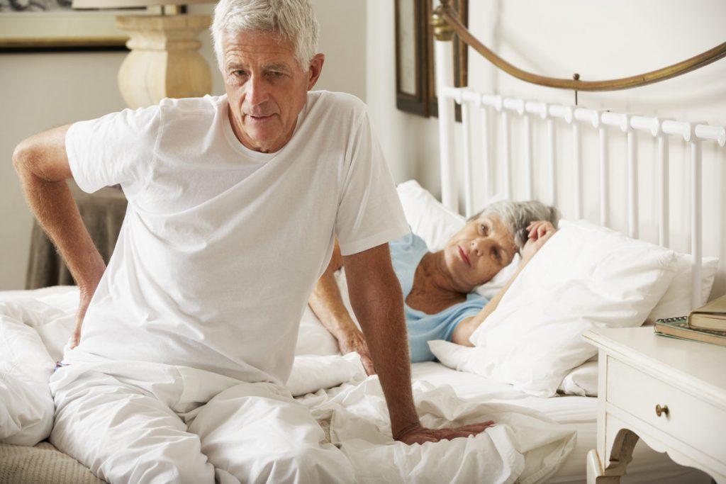 Нужно ли покупать ортопедический матрас для пожилых людей?
