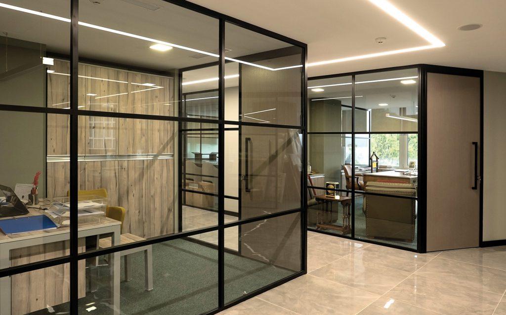Перегородки из стекла — лучший выбор для организации рабочего пространства