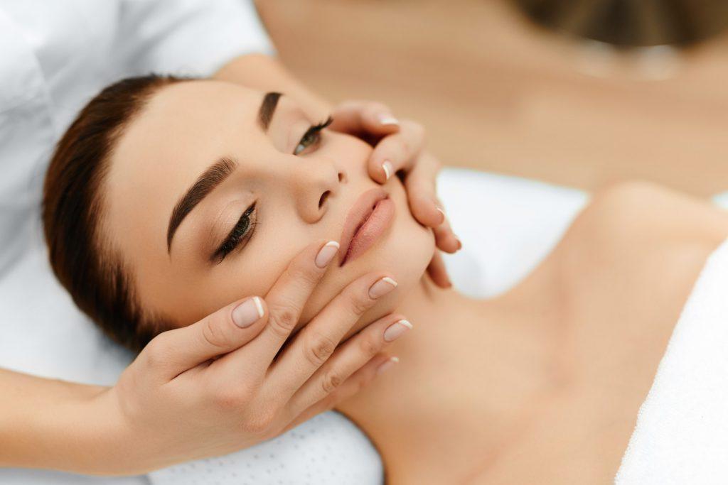 Самая любимая косметическая процедура: чем полезен массаж лица в совокупности с маской?