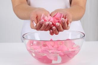 Как розовая вода влияет на здоровье человека