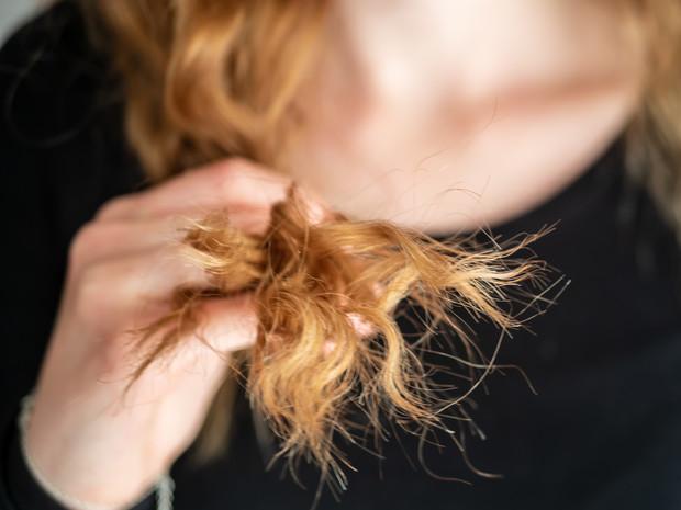 Как замаскировать секущиеся концы, если не хочется к парикмахеру